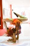 Боди-арт, гимнастка на выставочном стенде