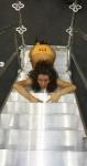 Соблазнительная девушка-модель на выставочном стенде