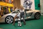 Очаровательная модель, дорогая машина, что еще нужно для успеха выставочного стенда?